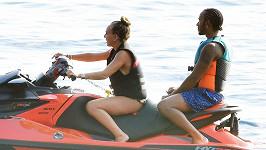 Chloe Green se proháněla na vodním skútru s Lewisem Hamiltonem.