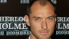 Britský herec Jude Law pomalu ztrácí vlasy.