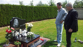 Josef Rychtář u hrobu manželky. Myslel při tom na Bábovku?