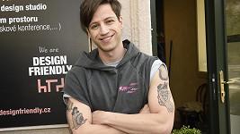 Tohle tetování mu naštěstí dlouho nezůstane.
