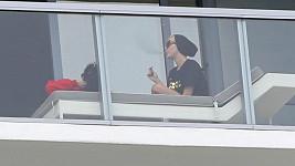 Cyrus a její přátelé vypalovali na balkóně.