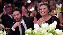 Kelly Clarkson se rozvádí s Brandonem Blackstockem.