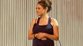 Mila Kunis si vyšla v tílku, které dalo vyniknout jejímu bříšku.