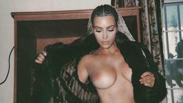 Kim pouze v kalhotkách a v rozhaleném kožichu