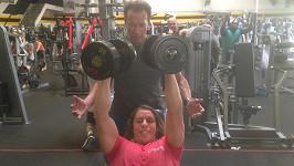 Arnold Schwarzenegger trénuje svého syna v kalifornské posilovně.