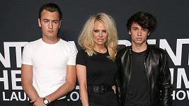 Pamela Anderson se syny, mladší Dylan (vpravo) boduje v modelingu.