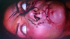 Víte, kdo je tahle nechutně zohyzděná mrtvola?