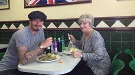 David Beckham s maminkou Sandrou na obědě.