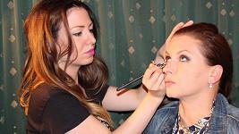 Dana si nechala udělat make-up a účes od profíků.