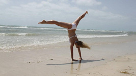 Michaela Sejnová na pláži na ostrově Djerba