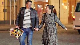 Zamilovaní manželé Nvotovi se vedli za ruku centrem Prahy.