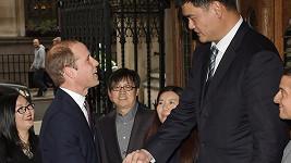 Vévoda z Cambridge musel na Jao Minga pohlédnout vzhůru...