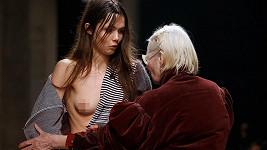 Vivienne Westwood modelce pomohla vyřešit nepříjemnou situaci...