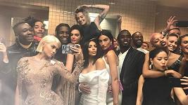 Opravdu se takhle chovají celebrity na úrovni? Focení na WC?
