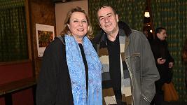 Kateřina Lojdová po příchodu do předsálí kina Lucerna s manželem Michaelem Fleischmannem.