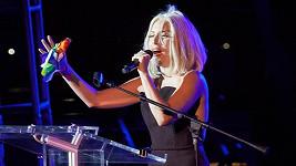 Lady Gaga po svém proslovu zazpívala bez hudebního doprovodu americkou hymnu.