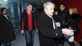 Jan Rychtář (vzadu) s otcem Josefem. Skončí jako bezdomovci?