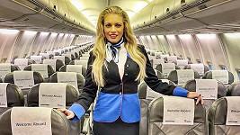 Lucie Borhyová pózovala jako letuška.