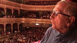 Jiří Menzel navštívil s manželkou divadlo.