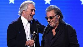 Robert De Niro a Al Pacino z filmu Irčan si převzali cenu pro nejlepší obsazení.