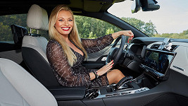 Lucie Borhyová ve voze DS 7 Crossback E-Tense 4x4