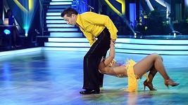 Bende a jeho polonahá tanečnice.