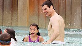 Tom Cruise se Suri v Disney Worldu.