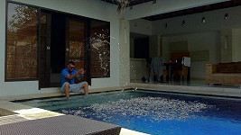 Rytmus u bazénu pronajaté vily na Bali.