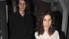 Dylan s přítelkyní Avery Wheless odcházejí z restaurace Giorgio Baldi.