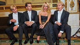 Zděšená Pamela Anderson ve společnosti trojice plastikových pánů.