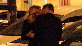 Vendula Svobodová při vášnivém polibku s novým milencem.