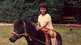 Poznáte holčičku na koníkovi?