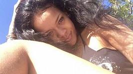 Rihanna se ukázala bez Make-upu a s neoholenou nožkou.