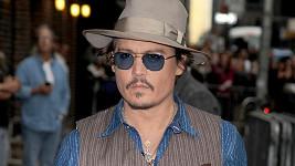 Johnny Depp se plácne přes kapsu.