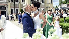 Podprsenková královna se vdala.