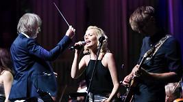 Markéta Poulíčková vystupuje po boku symfonického orchestru v zahraničí.