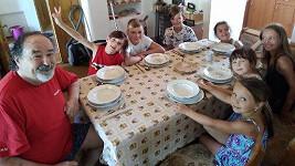 Petr Novotný je obklopený vnoučaty a jejich kamarády.