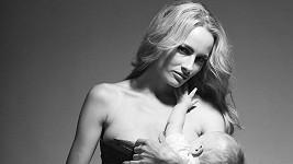 Markéta Divišová při kojení dcery Natálky.