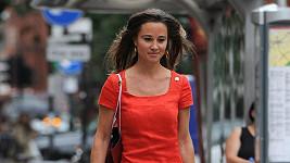 Svůdná Pippa si v červených šatech šla koupit boty.