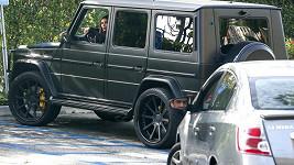 Kardashian si domlouvá s řidičem nabouraného vozu místo shledání.
