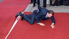 Jools Holland zakopl o vyvýšeninu na červeném koberci.