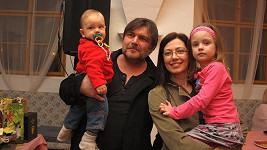 Roman s manželkou a nejmladšími potomky vypadají jako šťastná rodinka.