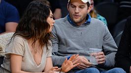 Ashtona Kutchera přitahoval dekolt Mily Kunis jako magnet.