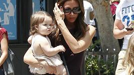 Harper je roztomile oplácaná a na paži své drobné maminky se jistě pronese.