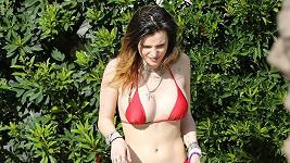 Bella Thorne ukázala figuru v bikinách.