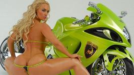Ústředním motivem aktuálního příspěvku na instagramovém účtu Coco není tentokrát ta motorka, ale opravdu její slavná zadnice.