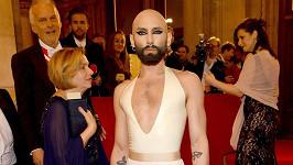 Conchita Wurst dorazila na ples s oholenou hlavou.