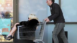 I Lady Gaga se vozí v nákupním vozíku (ilustrační foto)