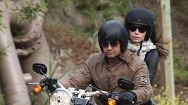 Americká herečka Jessica Biel na motorce s Gerardem Butlerem.