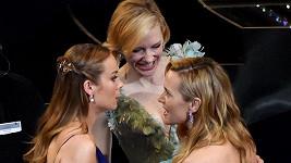 Kate Winslet sděluje kolegyním něco hodně zajímavého...